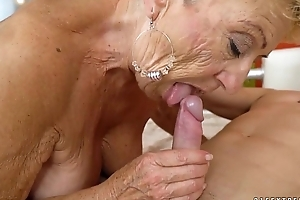 Old granny bonks hammer away youthful mechanic - lusty grandmas