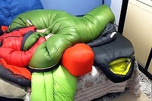Punheta e gozada no saco de dormir