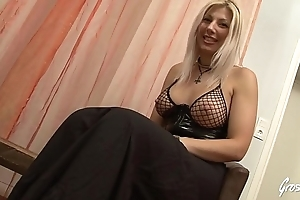 Love Crystale, la jolie blonde au physiognomy d&#039_ange n&#039_a pas froid aux yeux